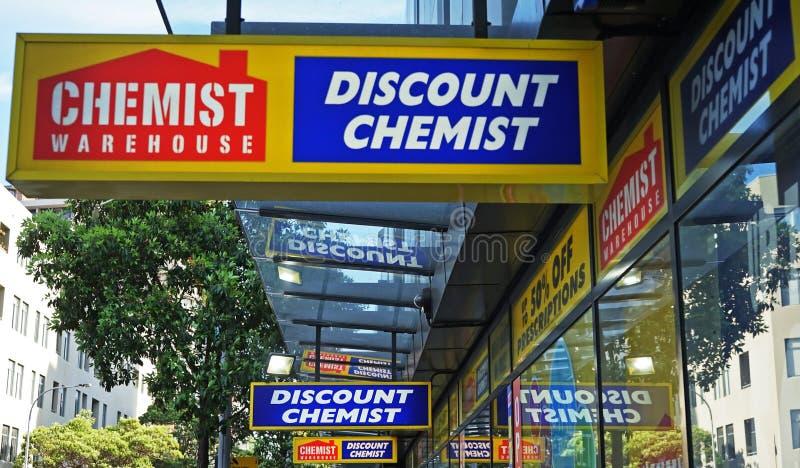 Σημάδι αποθηκών εμπορευμάτων φαρμακοποιών επάνω από την είσοδο στο φαρμακείο στην οδό της Οξφόρδης στοκ εικόνες