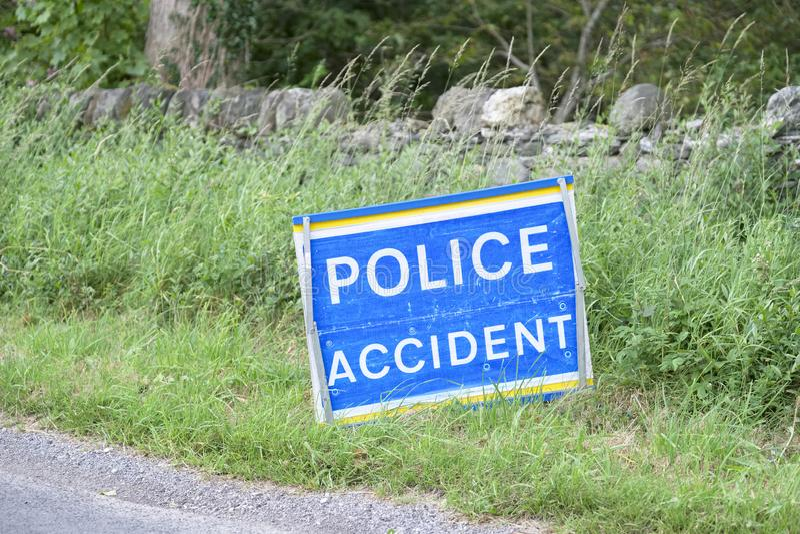 Σημάδι ατυχήματος αστυνομίας στην οδική συντριβή στην αγροτική τυφλή κάμψη επαρχίας στοκ εικόνα με δικαίωμα ελεύθερης χρήσης