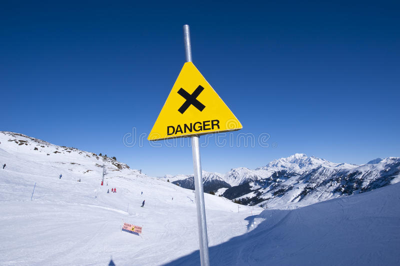 σημάδι βουνών κινδύνου στοκ φωτογραφία