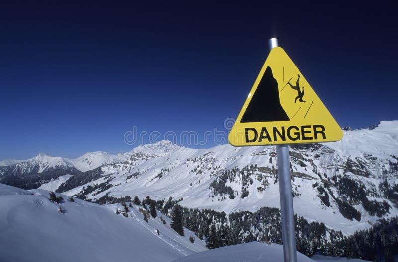 σημάδι βουνών κινδύνου στοκ εικόνες