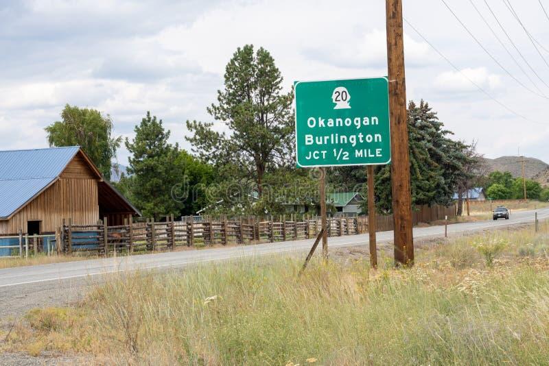 Σημάδι για την εθνική οδό 20 πολιτεία της Washington σύνδεση, προς τις πόλεις Okanogan και του Μπέρλινγκτον Όπως βλέπει από την ε στοκ εικόνες