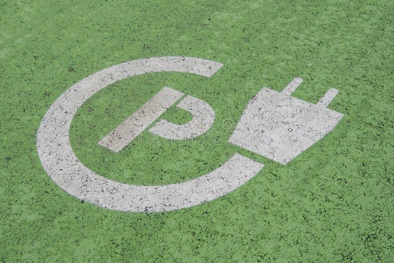 Σημάδι για τη χρέωση της θέσης για τα ηλεκτρικά αυτοκίνητα στην περιοχή χώρων στάθμευσης στοκ φωτογραφία με δικαίωμα ελεύθερης χρήσης