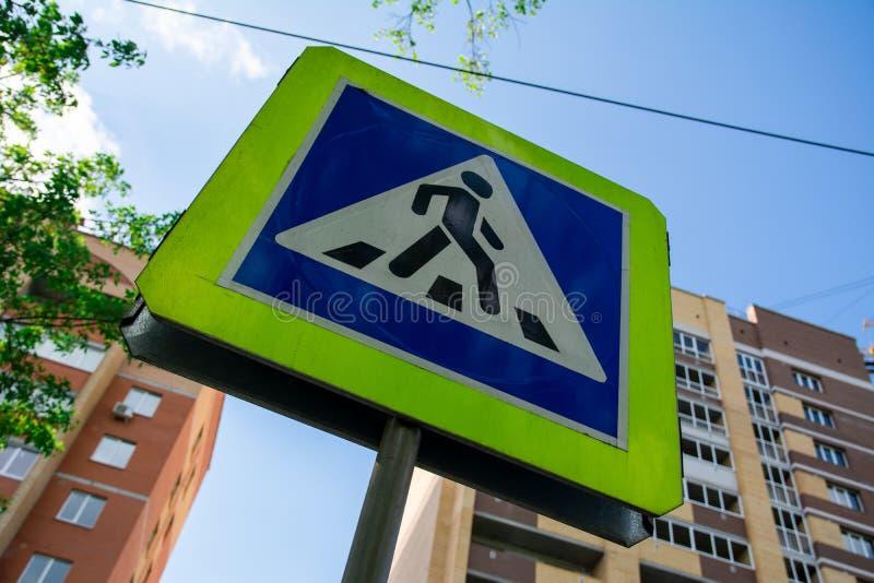 Σημάδι για τους πεζούς περάσματος στην οδό πόλεων στοκ εικόνες με δικαίωμα ελεύθερης χρήσης