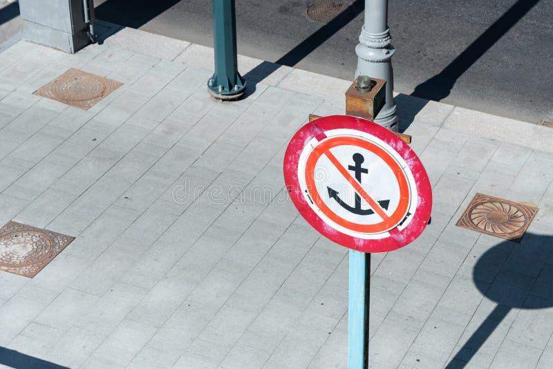 Σημάδι για τους πλοιάρχους Η άγκυρα δεν πρόκειται να ρίξει την πρόσδεση των βαρκών είναι απαγορευμένη στοκ εικόνα με δικαίωμα ελεύθερης χρήσης