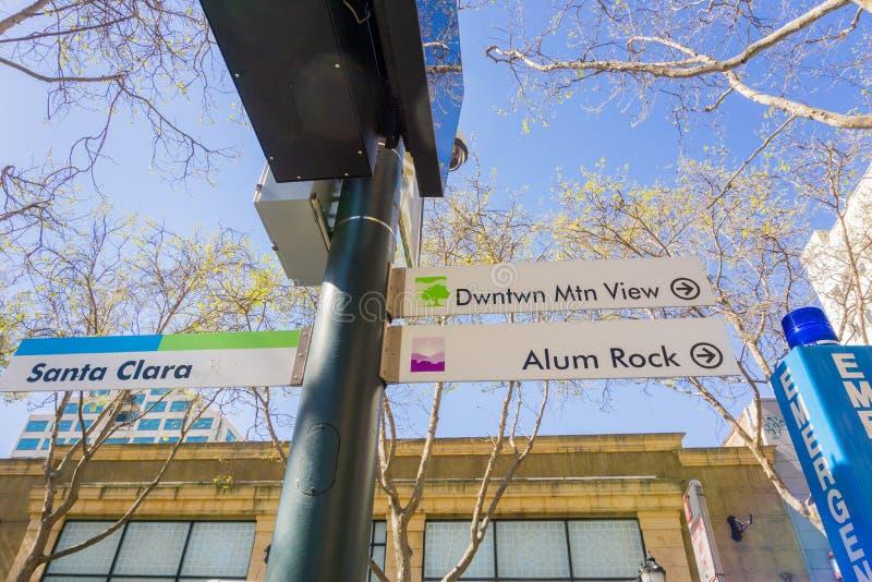 Σημάδι δημόσιου μέσου μεταφοράς που παρουσιάζει κατεύθυνση ταξιδιού, το στο κέντρο της πόλης San Jose, Σίλικον Βάλεϊ, περιοχή κόλ στοκ εικόνα