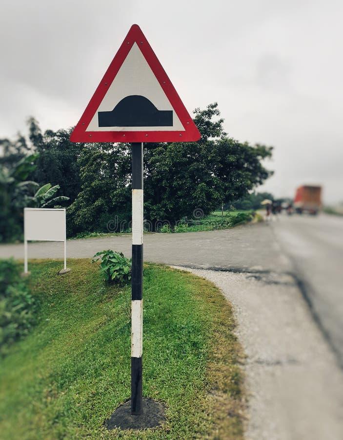Σημάδι διακοπτών ταχύτητας από την οδική πλευρά, σημάδι προσκρούσεων ταχύτητας στοκ εικόνες με δικαίωμα ελεύθερης χρήσης