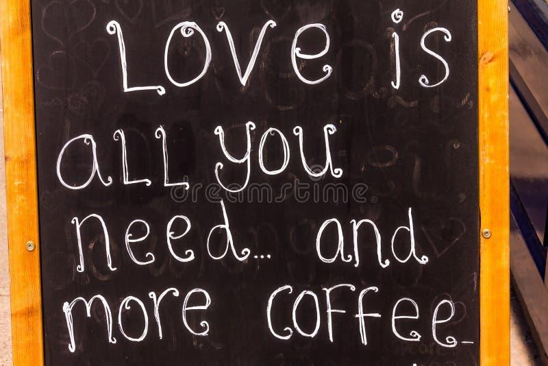 Σημάδι διαφήμισης πινάκων ή πώμα πελατών στον καφέ πεζοδρομίων στοκ φωτογραφία με δικαίωμα ελεύθερης χρήσης