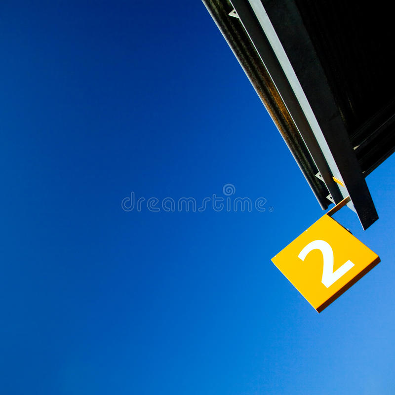 σημάδι δύο αριθμού σημαιών στοκ φωτογραφίες