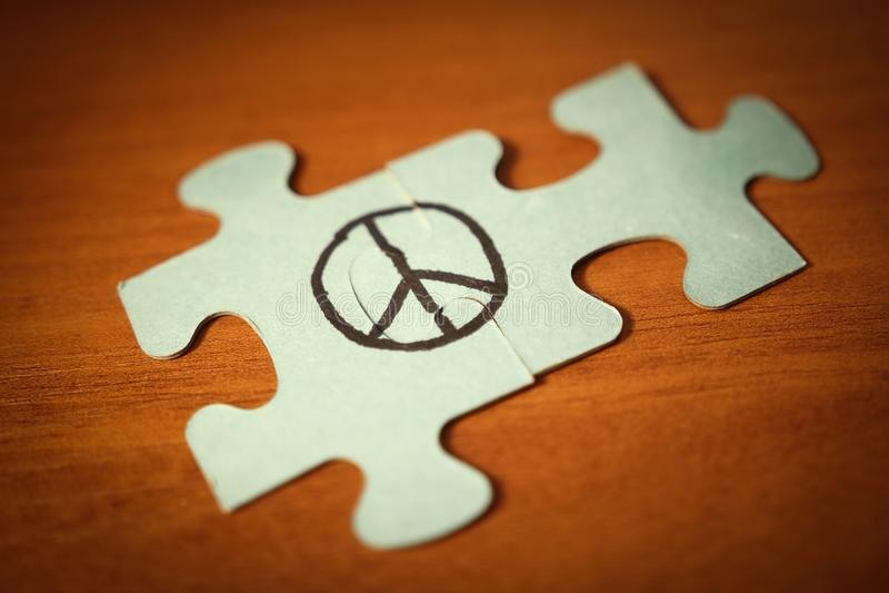 Σημάδι ειρήνης φιαγμένο επάνω από γρίφο Έννοια παγκόσμιας ημέρας ειρήνης στοκ εικόνες με δικαίωμα ελεύθερης χρήσης