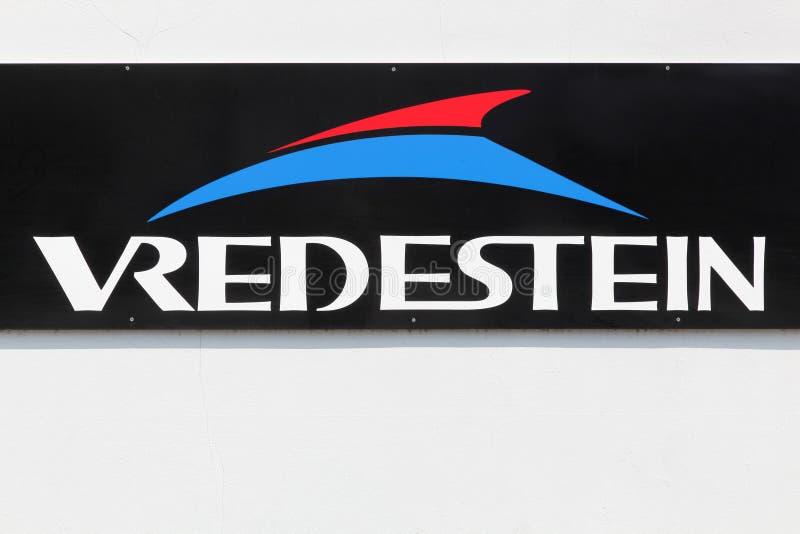 Σημάδι ελαστικών αυτοκινήτου Vredestein σε έναν τοίχο στοκ εικόνα με δικαίωμα ελεύθερης χρήσης