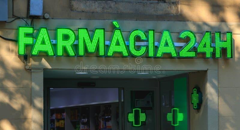 Σημάδι ενός μικρού ισπανικού φαρμακείου σε μια κατοικήσιμη περιοχή Barcel στοκ φωτογραφίες με δικαίωμα ελεύθερης χρήσης