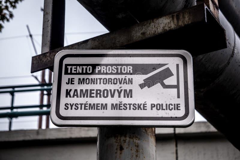Σημάδι επιτήρησης που γράφεται στην τσεχική γλωσσική προειδοποίηση για τον έλεγχο στοκ φωτογραφία