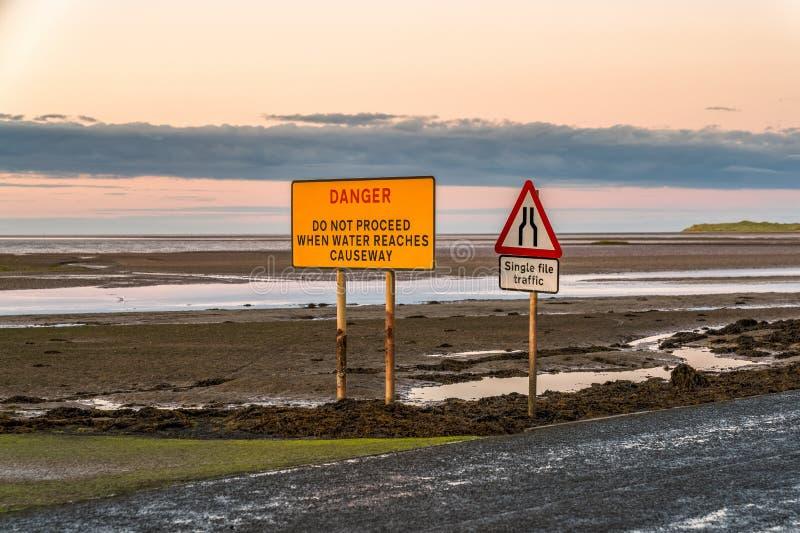 Σημάδι: Η ενιαία κυκλοφορία αρχείων, κίνδυνος δεν προχωρά όταν φθάνει το νερό στο υπερυψωμένο μονοπάτι στοκ φωτογραφία με δικαίωμα ελεύθερης χρήσης