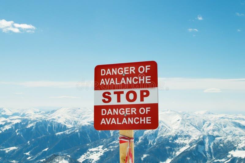 Σημάδι και βουνά χιονοστιβάδων στοκ εικόνα με δικαίωμα ελεύθερης χρήσης