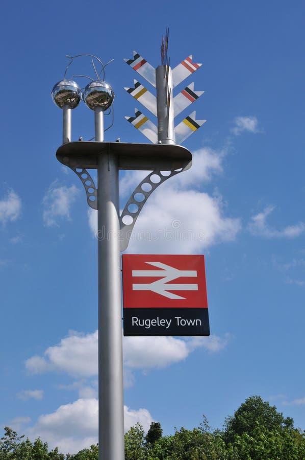 Σημάδι και γλυπτό σιδηροδρομικών σταθμών στην πόλη Rugeley στοκ εικόνα