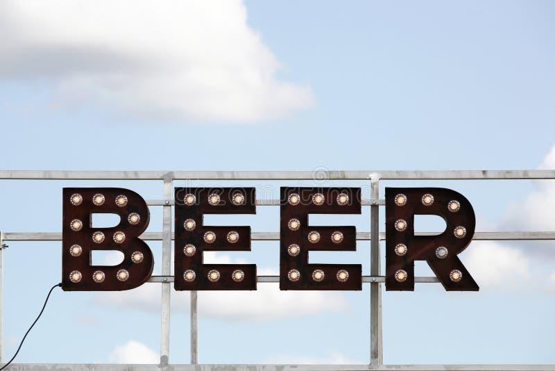 Σημάδι και επιγραφή μπύρας στοκ εικόνα