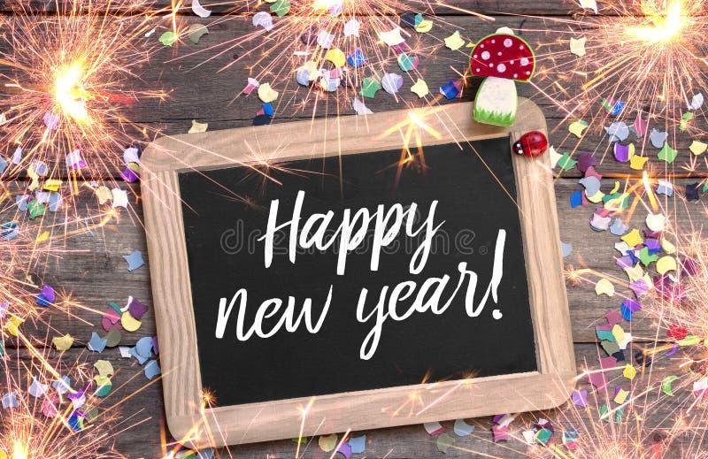 Σημάδι και πίνακας κιμωλίας ετικετών με τη νέα παραμονή ετών καλής χρονιάς με το 2019 και το τριφύλλι στοκ φωτογραφίες