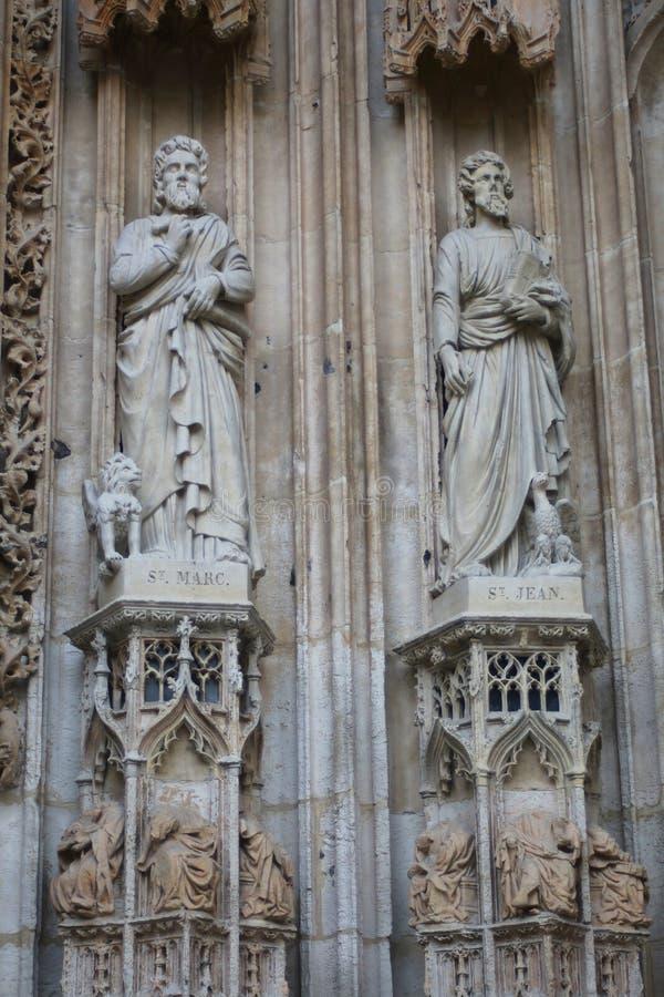 Σημάδι και ST John του ST αποστόλων στην πρόσοψη της εκκλησίας Άγιος-Maclou στοκ φωτογραφία με δικαίωμα ελεύθερης χρήσης