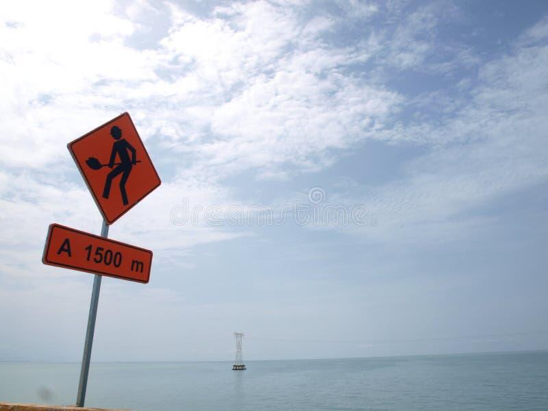 Σημάδι κατασκευής στον αυτοκινητόδρομο στην πλευρά της θάλασσας στοκ εικόνες