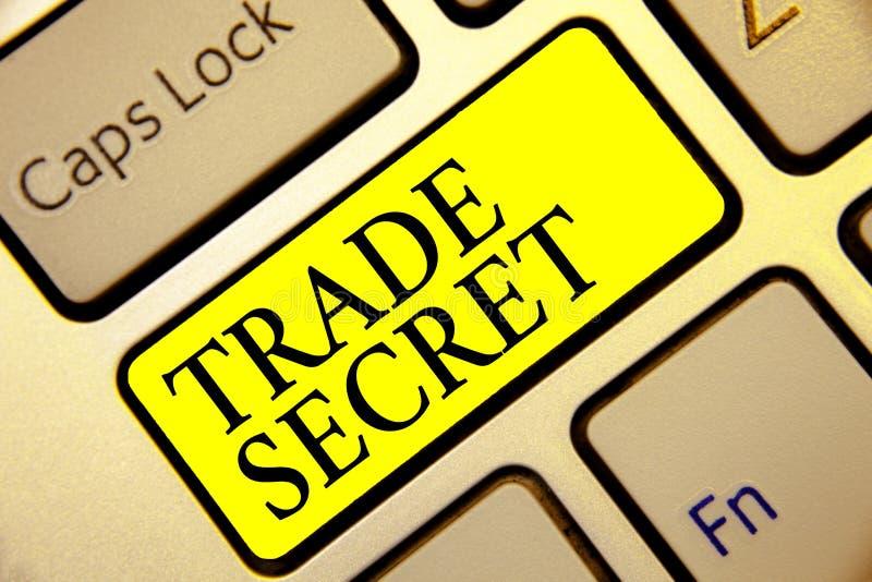Σημάδι κειμένων που παρουσιάζει εμπορικό μυστικό Εννοιολογική εμπιστευτική πληροφορία φωτογραφιών για ένα πληκτρολόγιο κίτρινη KE στοκ εικόνες με δικαίωμα ελεύθερης χρήσης