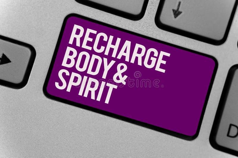 Σημάδι κειμένων που παρουσιάζει επαναφόρτιση BodyandSpirit Η εννοιολογική φωτογραφία γεμίζει την ενέργειά σας μέσω της χαλάρωσης  ελεύθερη απεικόνιση δικαιώματος