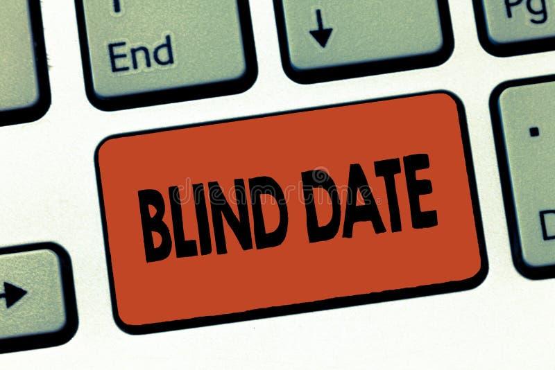 Σημάδι κειμένων που παρουσιάζει ραντεβού στα τυφλά Η εννοιολογική κοινωνική δέσμευση φωτογραφιών με καταδεικνύοντας δεν έχει συνα στοκ εικόνες