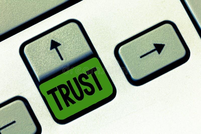 Σημάδι κειμένων που παρουσιάζει στην εμπιστοσύνη εννοιολογική φωτογραφία σταθερή πίστη στην αλήθεια ή τη δυνατότητα αξιοπιστίας κ στοκ φωτογραφίες