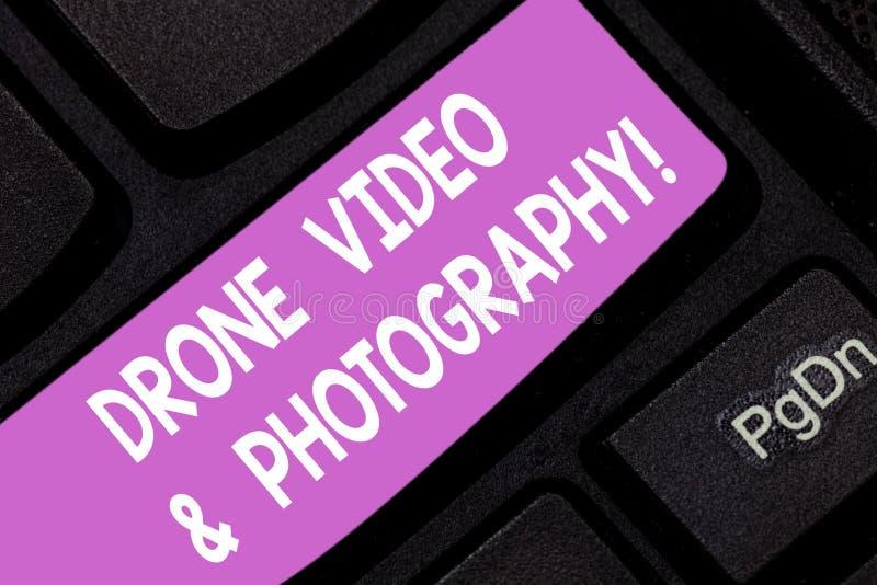 Σημάδι κειμένων που παρουσιάζει το βίντεο και φωτογραφία κηφήνων Εννοιολογικό κλειδί πληκτρολογίων προόδου τεχνολογίας καμερών φω στοκ φωτογραφίες