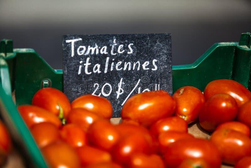 Σημάδι κιμωλίας που πωλεί τις ιταλικές ντομάτες με το όνομα τα tomates italiennes στοκ φωτογραφία