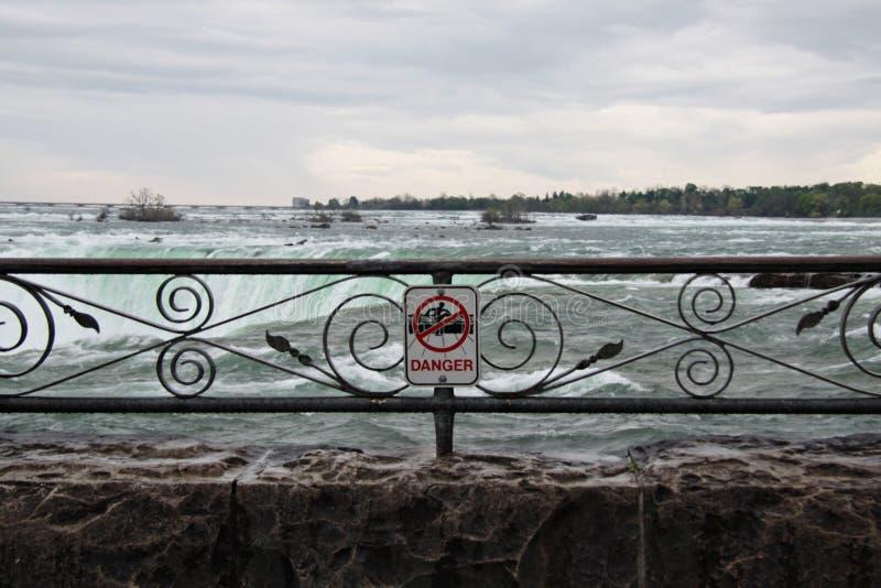 Σημάδι κινδύνου στους καταρράκτες του Νιαγάρα στοκ εικόνες