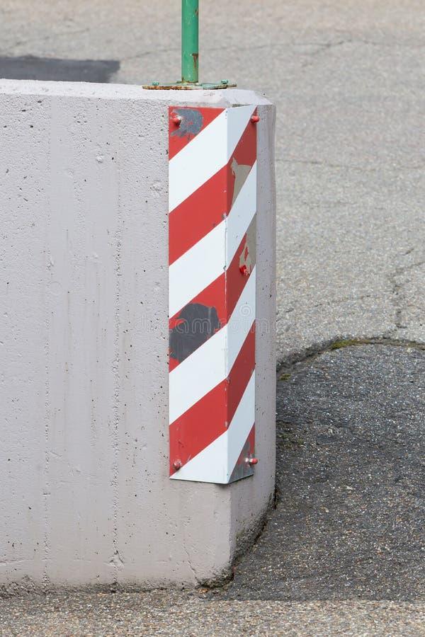 Σημάδι κυκλοφορίας σε μια γωνία στοκ φωτογραφία με δικαίωμα ελεύθερης χρήσης