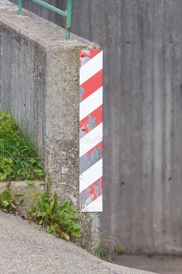 Σημάδι κυκλοφορίας σε μια γωνία στοκ εικόνες