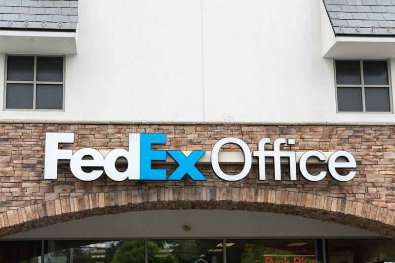 Σημάδι λογότυπων γραφείων της Fedex επάνω από την είσοδο στοκ εικόνα με δικαίωμα ελεύθερης χρήσης