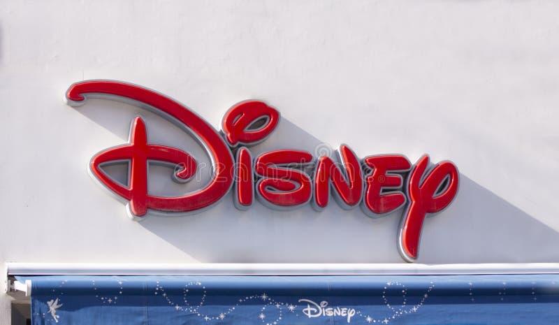 Σημάδι λογότυπων της Disney στο μέτωπο προσόψεων του καταστήματος Κλείστε επάνω την εικόνα στοκ φωτογραφίες με δικαίωμα ελεύθερης χρήσης
