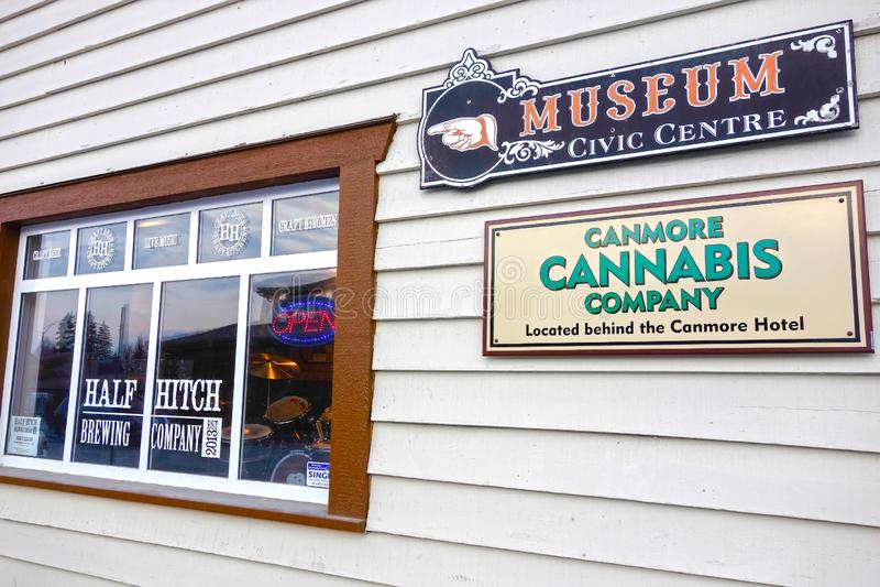 Σημάδι μουσείων μπαρ τοίχων οικοδόμησης ξενοδοχείων Canmore Window Cannabis Company στοκ φωτογραφίες