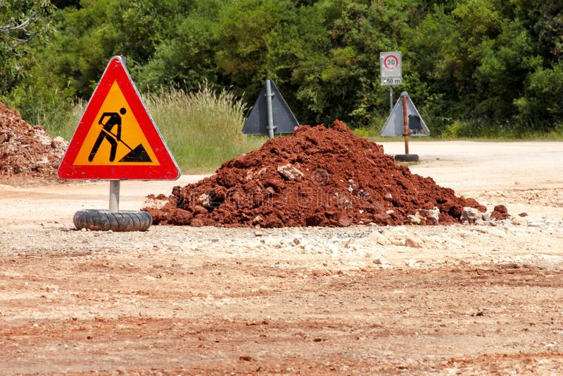 Σημάδι οδικών εργασιών για τις οικοδομές, δρόμος, κατασκευή πεζοδρομίων Κυκλοφορία, δρόμος προειδοποιητικών σημαδιών που επισκευά στοκ φωτογραφία