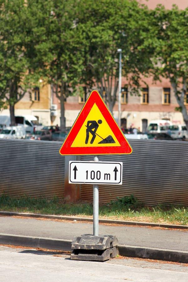 Σημάδι οδικών εργασιών για τις οικοδομές στην οδό πόλεων Δρόμος κάτω από το σημάδι κυκλοφορίας κατασκευής Κυκλοφορία, οδική επισκ στοκ εικόνες