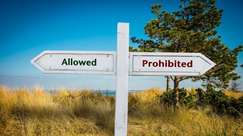 Σημάδι οδών επιτρεμμένος εναντίον απαγορευμένος στοκ φωτογραφία με δικαίωμα ελεύθερης χρήσης