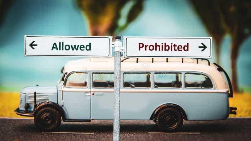 Σημάδι οδών επιτρεμμένος εναντίον απαγορευμένος στοκ φωτογραφίες