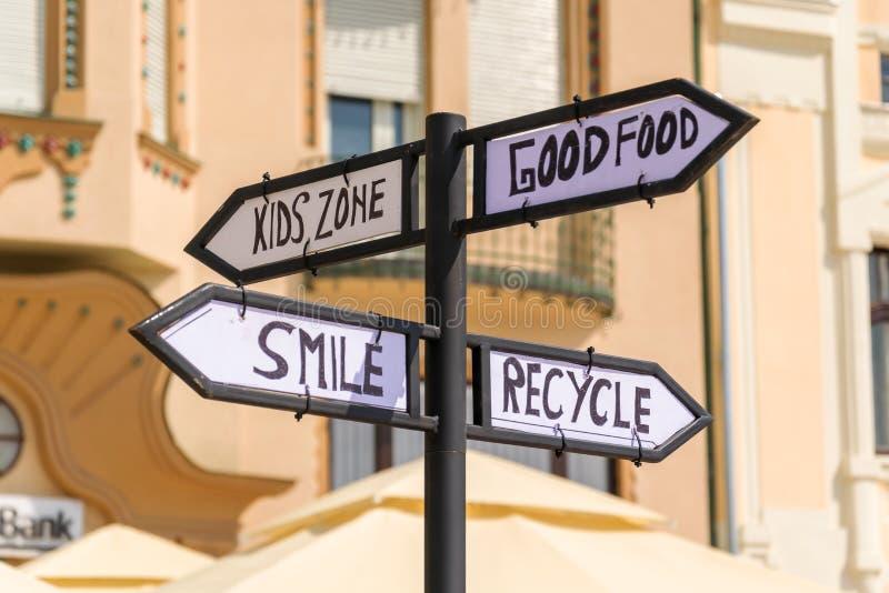 Σημάδι οδών σημαδιών οδών στη για τους πεζούς ζώνη της πόλης στοκ εικόνες
