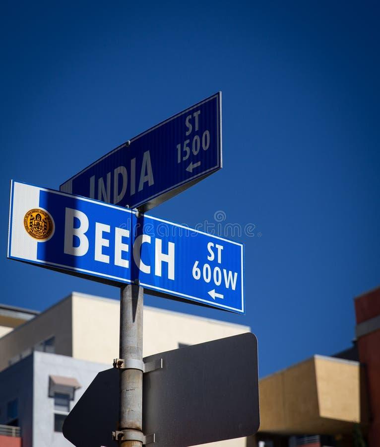 Σημάδι οδών της Ινδίας και της οξιάς την σε λίγη Ιταλία, Σαν Ντιέγκο στοκ εικόνα