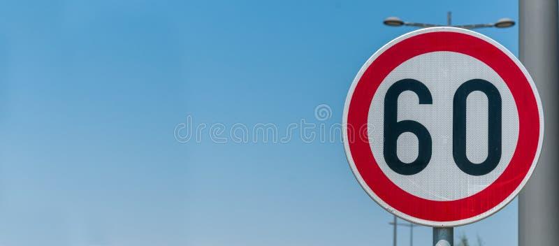 Σημάδι ορίου ταχύτητας κυκλοφορίας για τον περιορισμό σε 60 χιλιόμετρα ή μίλια ανά ώρα με το υπόβαθρο μπλε ουρανού με το διάστημα στοκ εικόνα με δικαίωμα ελεύθερης χρήσης