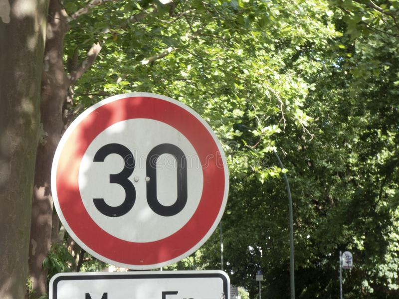 σημάδι ορίου ταχύτητας 30 kmh στοκ εικόνα