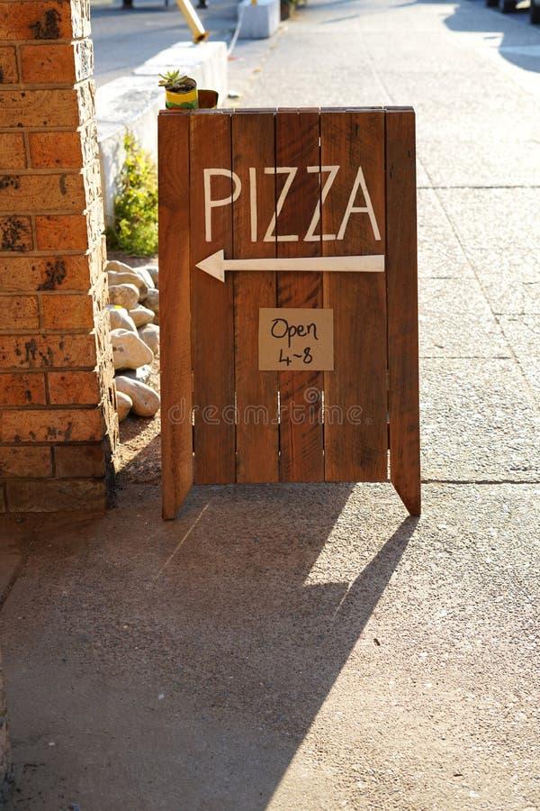 Σημάδι πιτσών έξω από το εστιατόριο πιτσών στοκ φωτογραφία με δικαίωμα ελεύθερης χρήσης