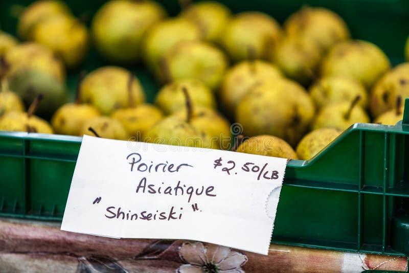 Σημάδι που πωλεί το οργανικό λάχανο με το όνομα το chou biologique στοκ εικόνες