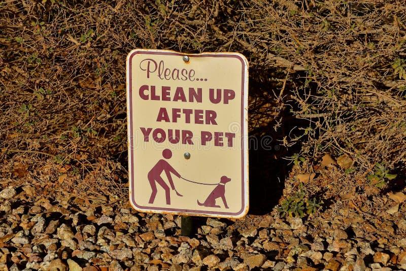 Σημάδι που υπενθυμίζει στους ιδιοκτήτες κατοικίδιων ζώων για να καθαρίσει στοκ φωτογραφία