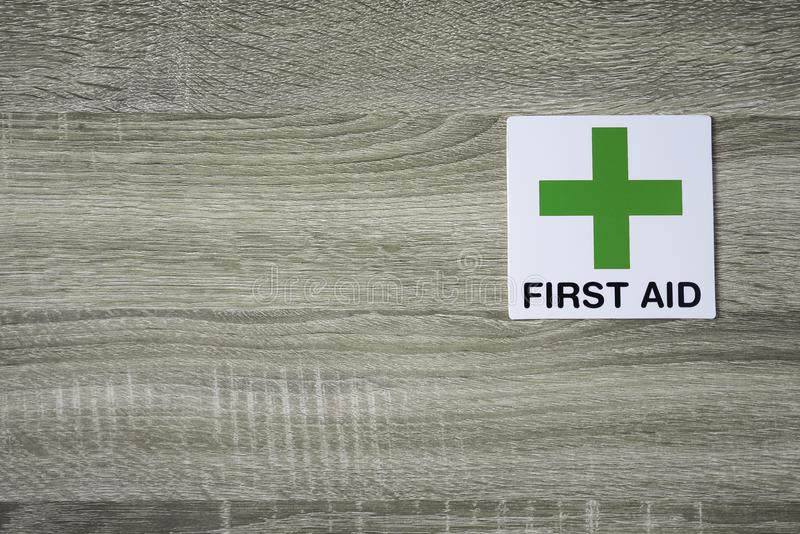 Σημάδι πρώτων βοηθειών στον ξύλινο τοίχο με το διάστημα για την προσθήκη του κειμένου στη αριστερή πλευρά στοκ φωτογραφίες με δικαίωμα ελεύθερης χρήσης