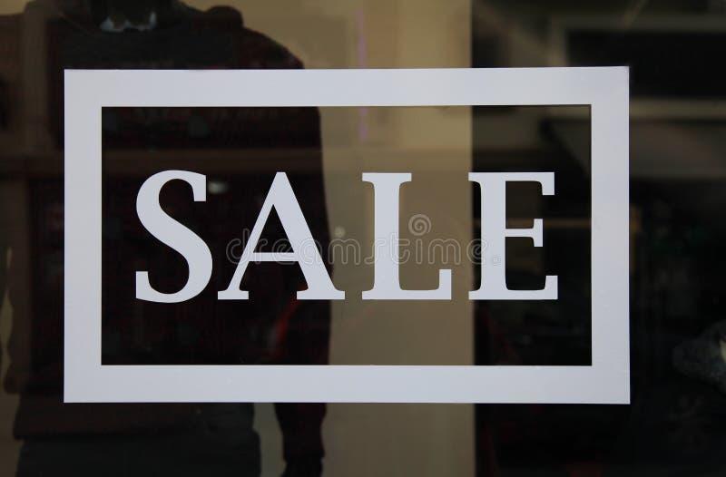 Σημάδι πώλησης στην προθήκη στοκ εικόνα