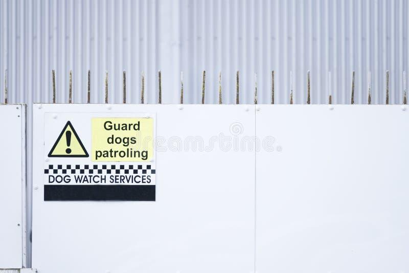 Σημάδι ρολογιών σκυλιών περιπόλου σκυλιών φρουράς στο φράκτη ασφαλείας στοκ φωτογραφία με δικαίωμα ελεύθερης χρήσης