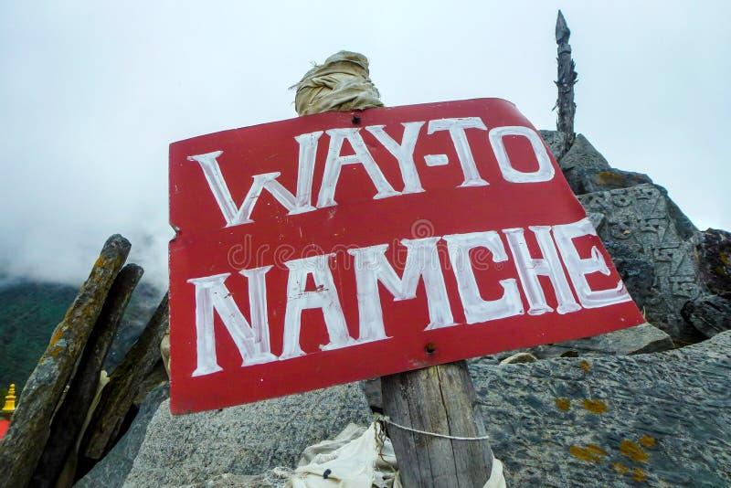 Σημάδι σε Namche Bazaar, μοναστήρι Tengboche, οδοιπορικό στρατόπεδων βάσεων Everest, Νεπάλ στοκ φωτογραφία με δικαίωμα ελεύθερης χρήσης